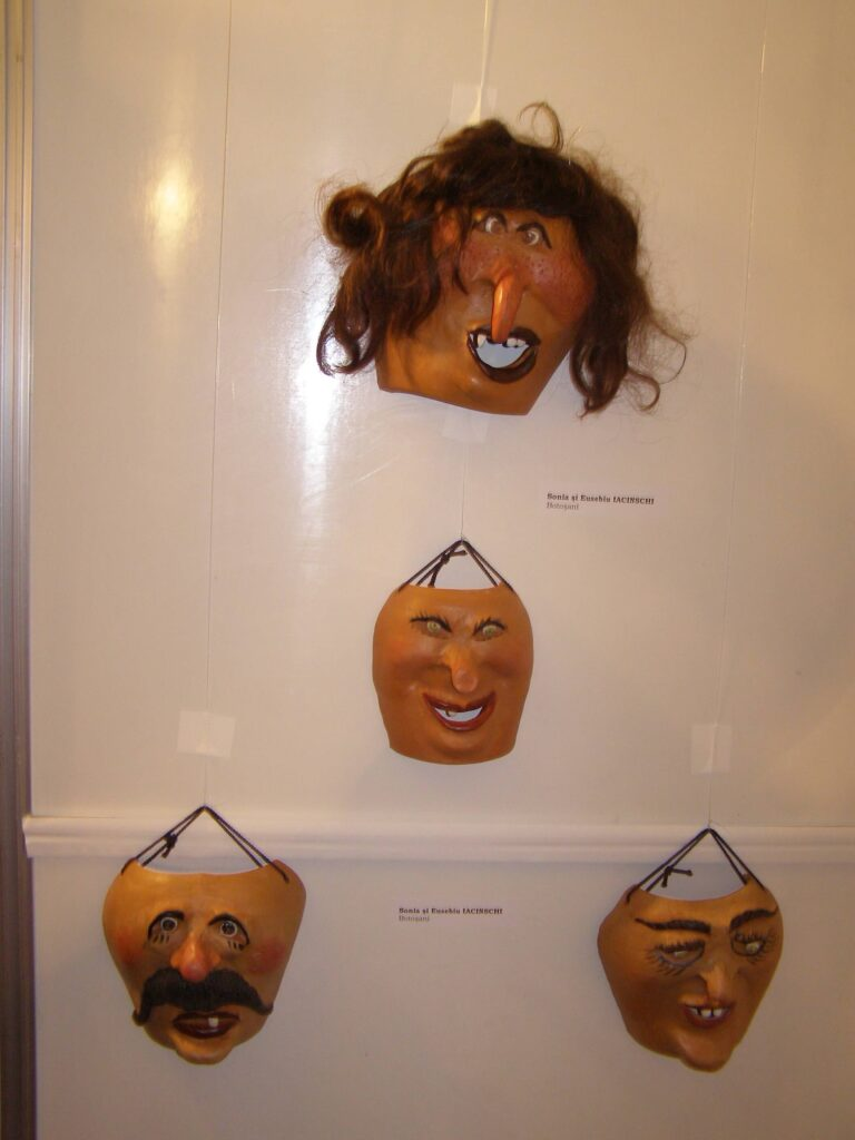 Mască decorativă ceramică Diana Borundel. Foto: Anamaria Stănescu