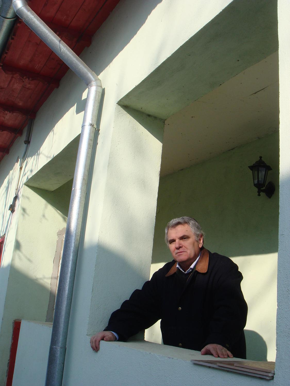 Ștefan Mitroi, în pridvorul casei părintești