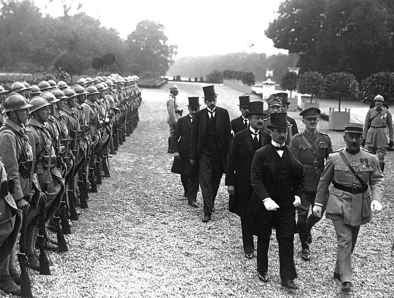 Sosirea celor doi semnatari ai Tratatului de la Trianon, Ágost Benárd și Alfréd Drasche-Lázár, pe 4 iunie 1920 la Palatul Marele Trianon în Versailles. Sursa foto - Wikipedia