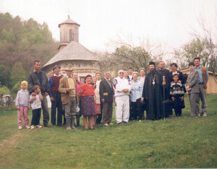 Dinu Săraru și un grup de țărani la Bisericuța Viorești